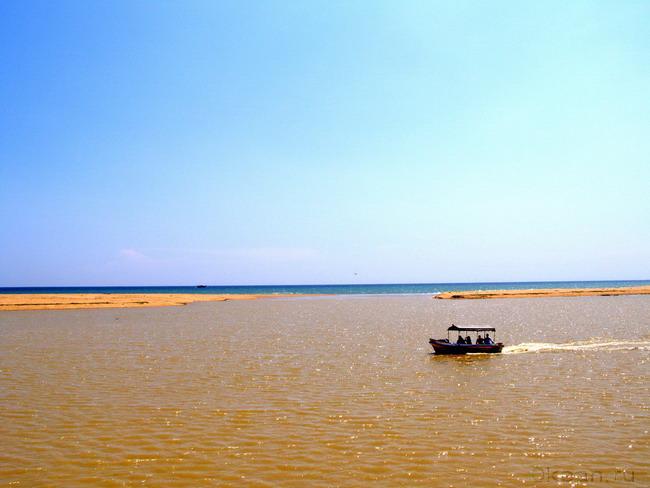 Прогулочный катер в Пуваре