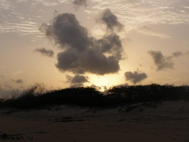 На запад. Солнце уходит за Индийский континент.